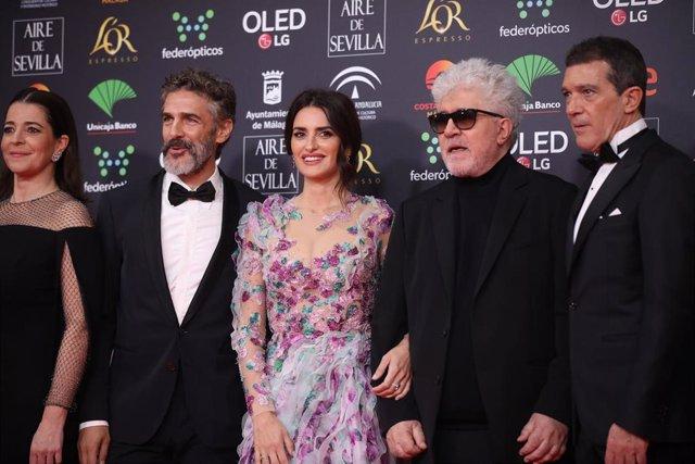 Pedro Almodóvar, Penélope Cruz, Antonio Banderas y el resto del equpo de Dolor y gloria en los Goya