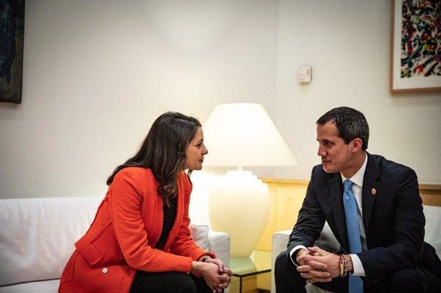 La portavoz de Ciudadanos en el Congreso, Inés Arrimadas, se reúne con el presidente de la Asamblea Nacional de Venezuela, Juan Guaidó, en Madrid.