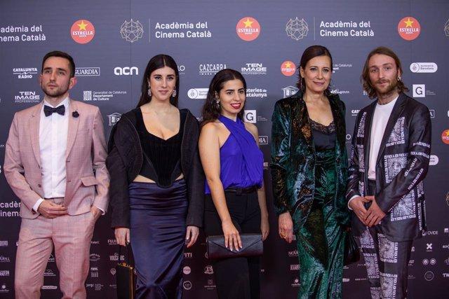 La actriz Elena Martín (2i), la cineasta y fotógrafa Irene Moray (3i), el actor Max Grosse (1d), equipo del cortometraje galardonado 'Suc de síndria', posan en el photocall de los XII Premios Gaudí (Archivo)