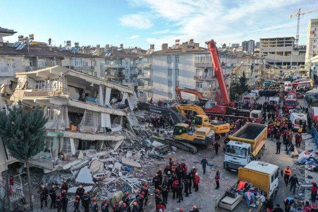 Los equipos de recate trabajan tras el derrumbe de un edificio en Turquía tras el terremoto