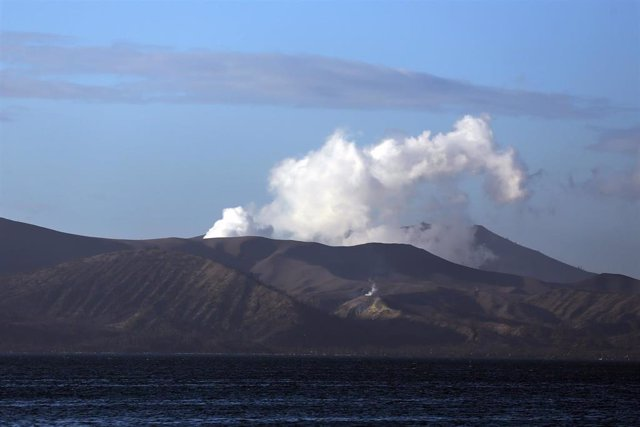 Imagen del volcán Taal expulsando cenizas y humo.
