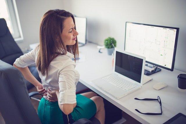 Dolor de espalda por mala posición trabajando frente al ordenador.