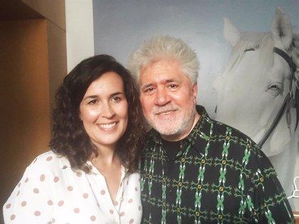 La alcaldesa de Calzada de Calatrava felicita a Pedro Almodóvar por su gran éxito en la gala de los Goyas