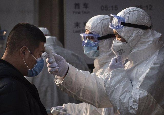 Sanitarios inspeccionan a un ciudadano chino tras el brote de coronavirus