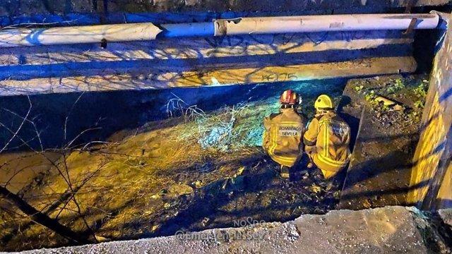 El vehículo cayó a un canal de riego en Sevilla Este