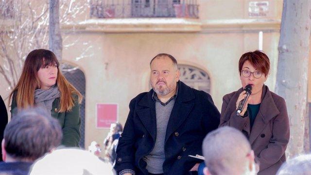 El portaveu dels comuns, Joan Mena, en un acte al costat de l'alcaldessa de Sant Feliu de Llobregat (Barcelona), Núria Muñoz, i la diputada en el Parlament Marta Ribas Fredes.