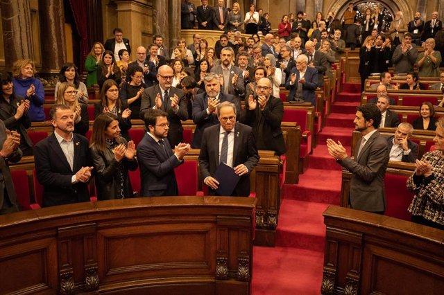 El president de la Generalitat, Quim Torra, es aplaudido a su llegada a un pleno extraordinario convocado tras la decisión de la Junta Electoral Central (JEC) de inhabilitarle
