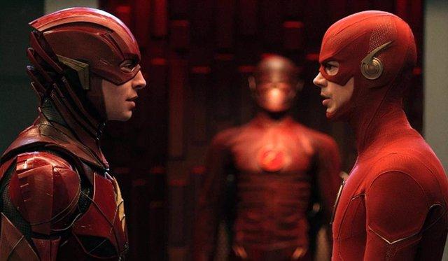 Los dos Flash en Crisis en Tierras Infinitas