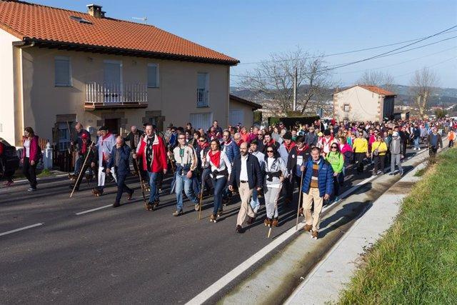 Cientos de vecinos y visitantes suben en albarcas a La Montaña por San Blas