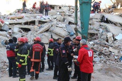 Una niña de cinco años y su madre rescatadas de entre los escombros 24 horas después del terremoto de Turquía