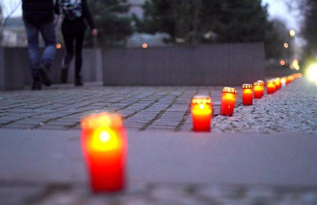 Velas colocadas en el monumento en recuerdo de las víctimas del Holocausto de Berlín