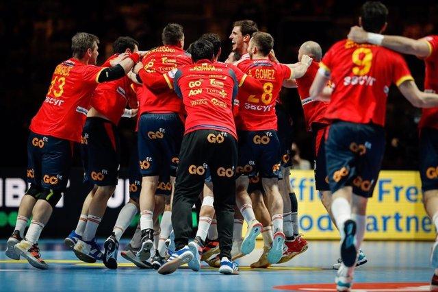 La selección española de balonmano, los Hispanos, celebrando el triunfo ante Eslovenia