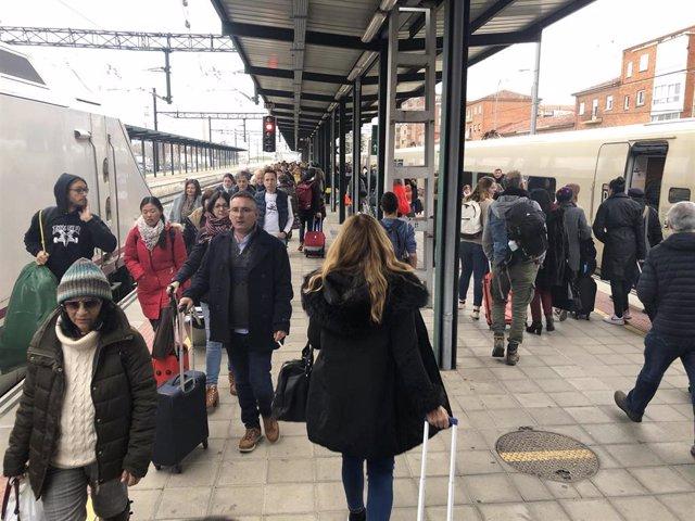 Transbordo de viajeros de los alvias entre Santander y Madrid en Palencia, por una avería