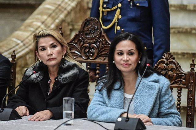 La autoproclamada presidenta interina de Bolivia, Jeanine Ánez, y la ya exministra de Comunicación, Roxana Lizarraga.