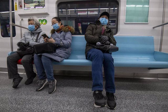 January 24, 2020 - Shanghai, China: Commuters on the subway wear protective face masks in wake of the coronavirus outbreak. Yesterday the Chinese government took the unprecedented step of quarantining the entire city of Wuhan (population around 11 million