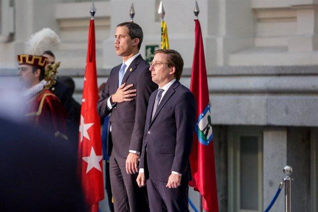 El alcalde de Madrid, José Luis Martínez-Almeida (der) recibe a Juan Guaidó (izq) antes de la ceremonia de la entrega de la Llave de Oro de Madrid, en Madrid a 25 de enero de 2020