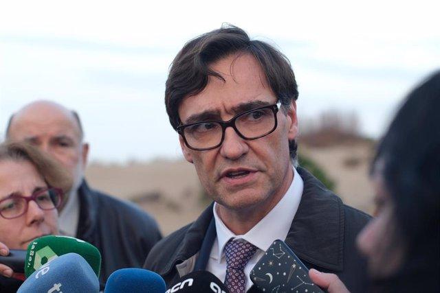 El ministro de Sanidad, Salvador Illa, ofrece declaraciones a los medios de comunicación durante su visita a Riumar (Tarragona), una zona del Delta del Ebro afectada por la borrasca 'Gloria', en Riumar/Tarragona/Cataluña (España) a 24 de enero de 2020.