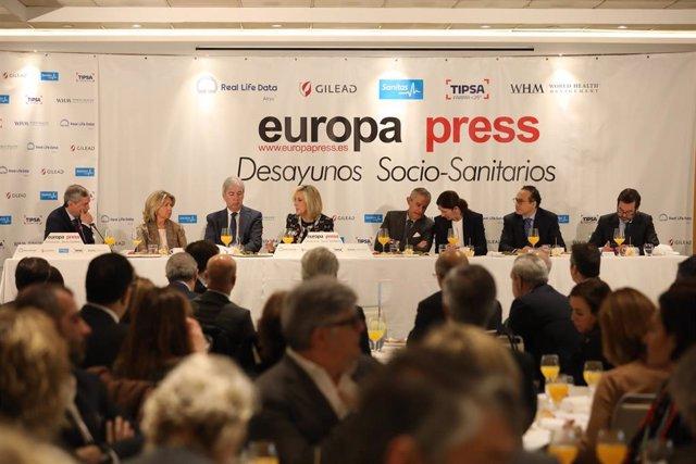 La consejera de Sanidad de la Junta de Castilla y León, Verónica Casado (4i), durante un desayuno socio-sanitario de Europa Press, en Madrid (España), a 27 de enero de 2020.