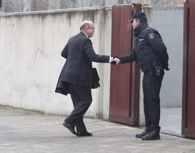 El coronel de la Guardia Civil y el coordinador del dispositivo policial del referéndum ilegal del 1 de octubre, Diego Pérez de los Cobos, saluda a un agente de Policía Nacional a su llegada a la Audiencia Nacional.