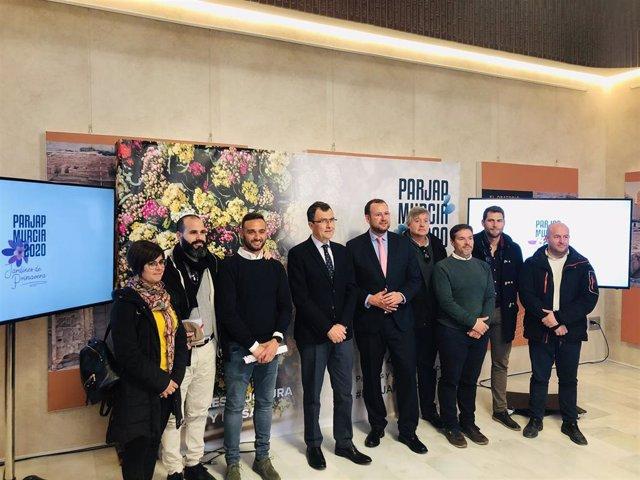 El alcalde José Ballesta y el concejal de Desarrollo Urbano y Modernización de la Administración, José Guillén, en el centro de la imagen, presentan el Congreso Nacional de Parques y Jardines Públicos