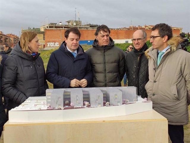 Fernández Mañueco, segundo por la izquierda, en la visita a la parcela donde estará la nueva residencia para mayores en Salamanca.