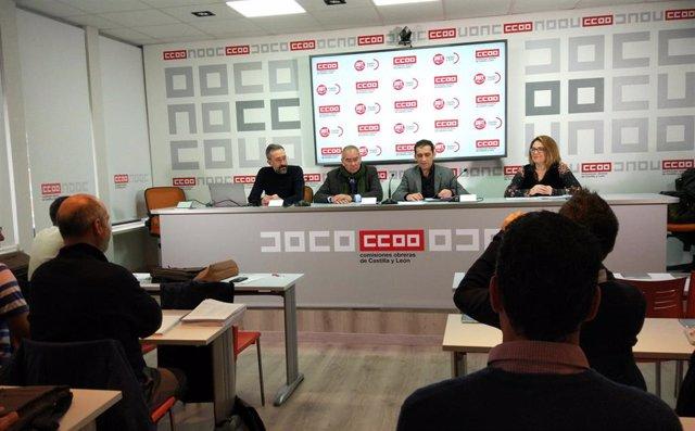 El secretario de CCOO en Castilla y León, Vicente Andrés, (segundo por la derecha en la mesa, junto al vicesecretario de UGT en la Comunidad, Evelio Angulo, en el marco de las jornadas.