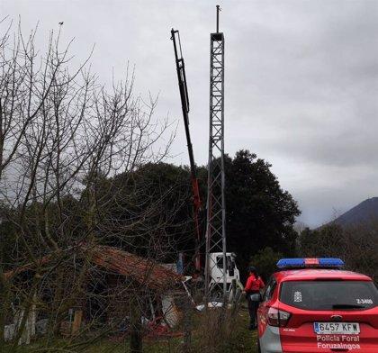 Fallece un trabajador de 55 años al caerse desde 10 metros de un camión grúa en un camping de Artaza