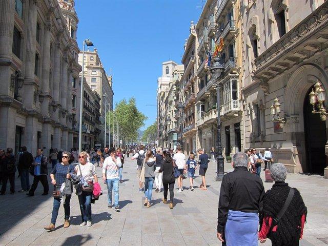 Gente, persona, personas, paseando, paseo, familia, familias, compras, fin de semana, catalanes, turistas, turismo, calle, calles