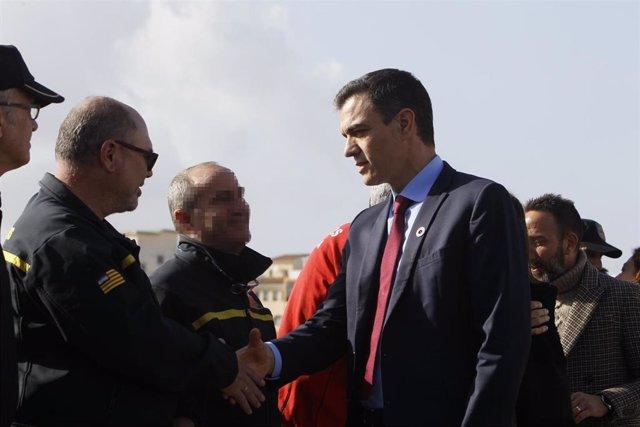 El presidente del Gobierno, Pedro Sánchez, saluda a los efectivos implicados en el dispositivo de emergencias de la borrasca 'Gloria' en el Puerto de Cala Ratjada en Capdepera (Mallorca)