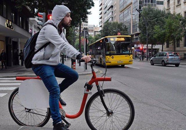 Un usuario en bicicleta, transporte público gratuito por el nivel 2 de contaminación en Murcia