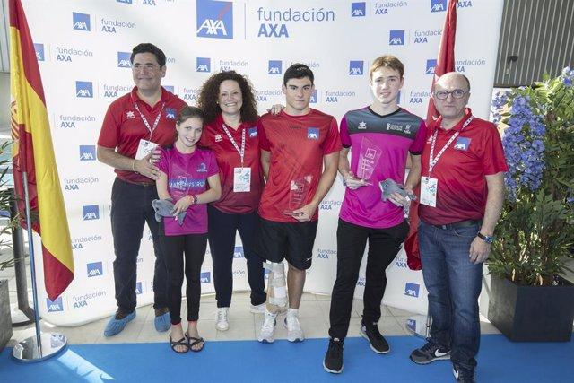 Jacobo Garrido (centro) con su trofeo de ganador del Campeonato de España AXA de Promeras Paralímpicas de Natación 2020