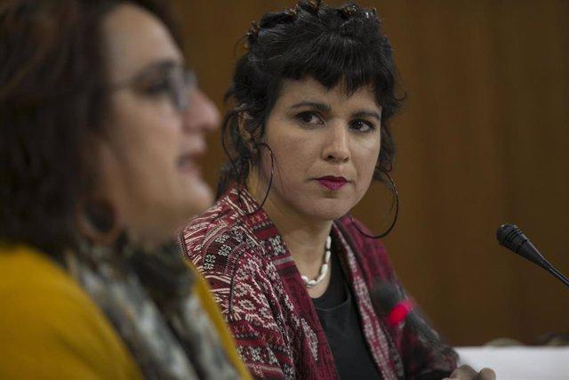 La coordinadora general de Podemos Andalucía y presidenta del grupo parlamentario de Adelante Andalucía, Teresa Rodríguez (d), y la portavoz adjunta, Ángela Aguilera (i), en una foto de archivo