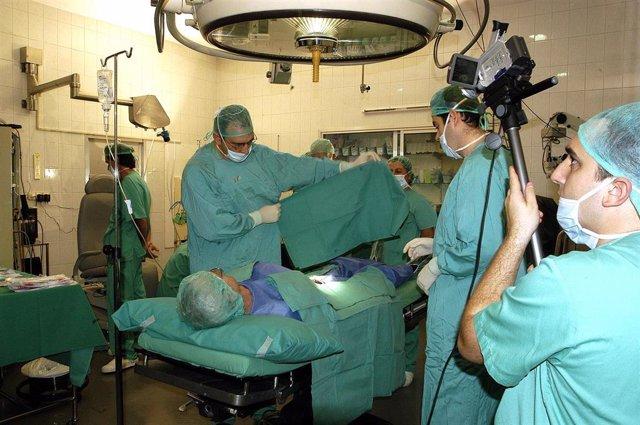 Personal sanitario en un quirófano