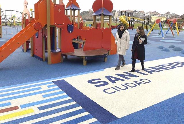 La alcaldesa de Santander, Gema Igual, visita el parque infantil de la campa de La Magdalena tras su renovación