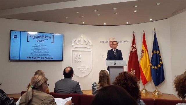 El consejero de Hacienda y Presidencia, Javier Celdrán, en rueda de prensa