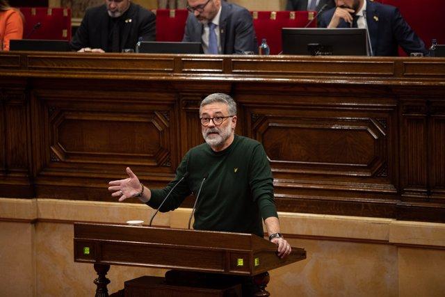 El diputado de la CUP en el Parlament, Carles Riera, interviene desde el atril durante un Pleno del Parlament de Catalunya, en la misma jornada en la que la Mesa ha asumido la cesión de Torra como diputado, en Barcelona (España), a 27 de enero de 2020.