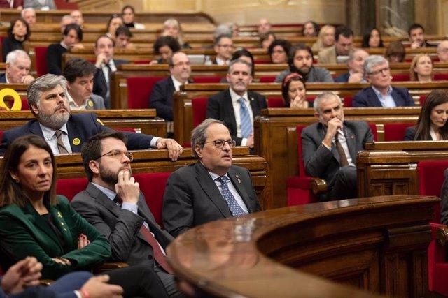 La consellera de Presidencia y portavoz del Govern, Meritxell Budó (1i); el vicepresidente de la Generalitat, Pere Aragonés (2i) y el president de la Generalitat, Quim Torra (3i), durante el Pleno del Parlament de Catalunya, en Barcelona (España), a 27 de