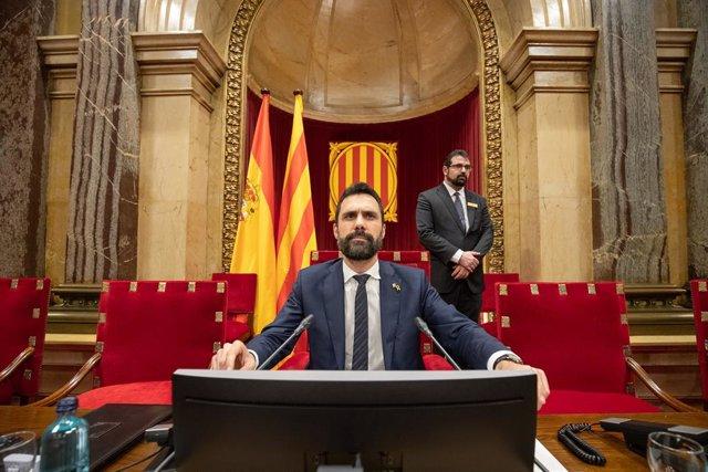El president del Parlament de Catalunya, Roger Torrent, moments abans de començar el ple del Parlament de Catalunya després que la Mesa hagi assumit la destitució de Torra com a diputat , Barcelona, 27 de gener del 2020.