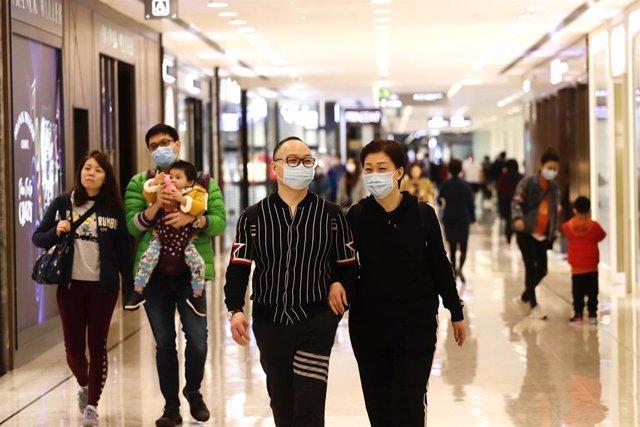 Un grupo de personas en un centro comercial portando máscaras para evitar el contagio del coronavirus