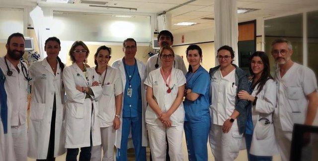 Imagen de los profesionales del Área de Observación del Hospital de Valme junto con la directora gerente y la subdirectora médica.