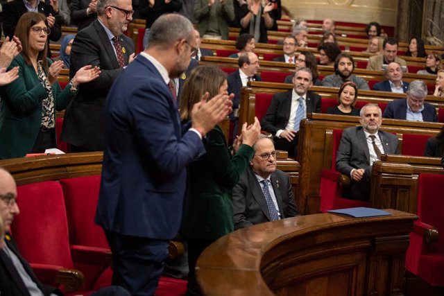 Els escons de JxCat aplaudeixen el president de la Generalitat, Quim Torra, en un ple del Parlament de Catalunya, a Barcelona (Espanya), 27 de gener del 2020.