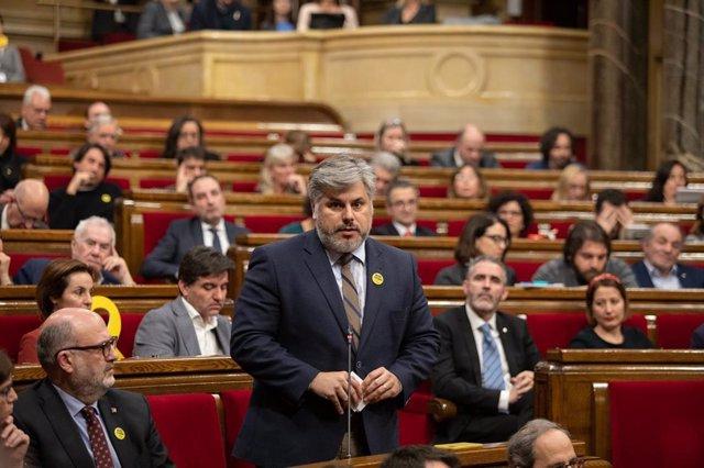 El presidente de JxCat en el Parlament, Albert Batet, interviene desde su escaño durante un Pleno del Parlament de Catalunya, en la misma jornada en la que la Mesa ha asumido la cesión de Torra como diputado, en Barcelona (España), a 27 de enero de 2020.