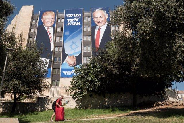 Cartell amb la imatge de Donald Trump i Benjamin Netanyahu.