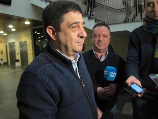 El secretario general del PSOE de Jaén, Francisco Reyes, durante las declaraciones a los medios antes del comité provincial