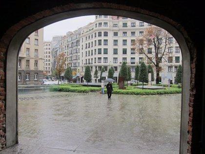 Lluvia y temperaturas máximas que no superarán los 13 grados este martes en Euskadi