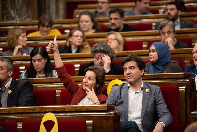 El president d'ERC, Sergi Sabrià, i la diputada d'ERC Anna Caula, durant la votació en un ple del Parlament, en la mateixa jornada en la qual la Mesa ha assumit la cessió de Torra com a diputat, Barcelona (Espanya), 27 de gener del 2020.