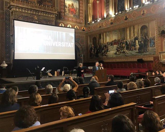 El concertista Jordi Savall; el rector de la UB, Joan Elías, y la alcaldesa de Barcelona, Ada Colau.