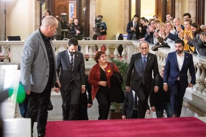 Dolors Bassa entra en las dependencias del Parlament entre aplausos