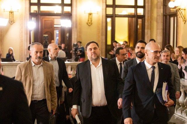 Oriol Junqueras i Raül Romeva entren al Parlament acompanyats del president de la cambra, Roger Torrent