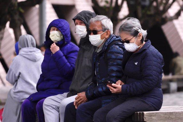 Persones amb màscara a Hong Kong per evitar el contagi del nou coronavirus.